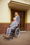 Donna anziana nella parte anteriore Fotografie Stock Libere da Diritti