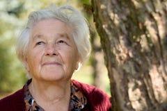 Donna anziana nella sosta Fotografia Stock Libera da Diritti
