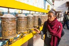 Donna anziana non identificata vicino allo stupa Boudhanath Immagine Stock