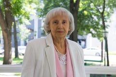 Donna anziana in parco Fotografie Stock Libere da Diritti