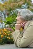 Donna anziana in parco Fotografia Stock