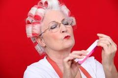 Donna anziana in rulli Fotografia Stock