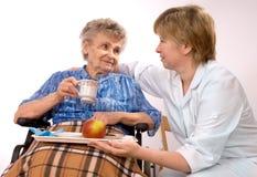 Donna anziana in sedia a rotelle Fotografie Stock Libere da Diritti