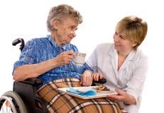 Donna anziana in sedia a rotelle Immagini Stock Libere da Diritti