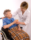 Donna anziana in sedia a rotelle Fotografia Stock