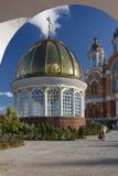 Donna anziana sola prima della cattedrale ortodossa Fotografia Stock