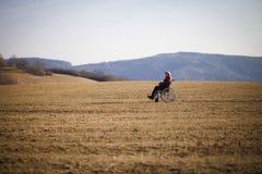 Donna anziana sola in sedia a rotelle Immagini Stock Libere da Diritti