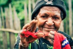 Donna anziana sorridente con il cappuccio Immagini Stock