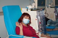Donna anziana su dialisi nell'ospedale Fotografia Stock