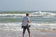 Donna anziana sulla spiaggia immagini stock libere da diritti