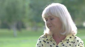 Donna anziana triste video d archivio