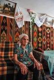 Donna anziana in una capanna nello stile nazionale ucraino Immagine Stock