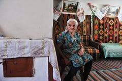 Donna anziana in una capanna nello stile nazionale ucraino Fotografia Stock Libera da Diritti