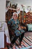 Donna anziana in una capanna nello stile nazionale ucraino Fotografia Stock