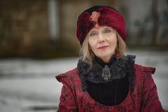 Donna anziana in vecchi vestiti immagini stock libere da diritti