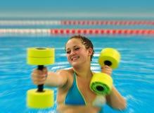 Donna in aqua aerobico Fotografia Stock