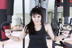 Donna araba che si esercita nel centro di forma fisica Fotografia Stock