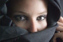 Donna araba con il velare nero Fotografia Stock