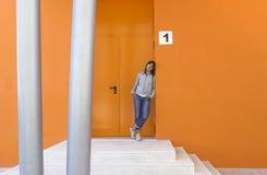 Donna in arancio immagini stock
