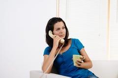 Donna arrabbiata che comunica sul telefono. Fotografia Stock