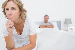 Donna arrabbiata che esamina macchina fotografica dopo la lotta con il marito Fotografie Stock Libere da Diritti