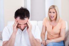 Donna arrabbiata che grida all'uomo fotografie stock