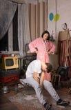 Donna arrabbiata che guarda il suo socio occulto fotografia stock