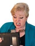 Donna arrabbiata con il computer portatile Fotografia Stock