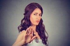 Donna arrabbiata infastidita con il cattivo atteggiamento che presenta esposto al gesto di mano Fotografia Stock Libera da Diritti
