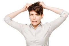 Donna arrabbiata pazza che strappa i suoi capelli su un bianco fotografie stock