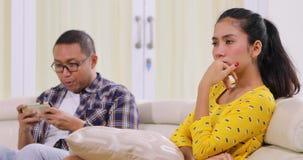 Donna arrabbiata trascurata dall'uomo per giocare cellulare video d archivio