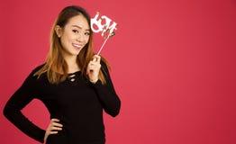 Donna asiatica abbastanza giovane nello studio fotografie stock