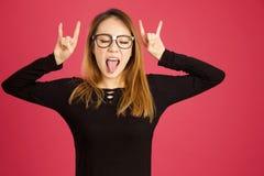Donna asiatica abbastanza giovane nello studio che oscilla fuori immagine stock