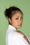 Donna asiatica in accappatoio bianco del Terry Fotografie Stock