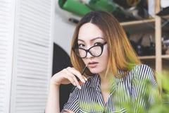 Donna asiatica afosa nel luogo di lavoro Fotografia Stock