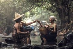 Donna asiatica anziana che lavora in cascata immagini stock libere da diritti
