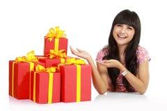 Donna asiatica attraente con il contenitore di regalo Immagine Stock Libera da Diritti