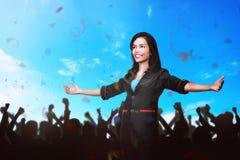 Donna asiatica attraente di affari che presenta un esposto sull'affare confer Fotografia Stock