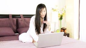 Bella donna asiatica che compera online archivi video