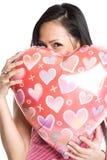 Donna asiatica che abbraccia aerostato heart-shaped Fotografia Stock Libera da Diritti