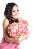 Donna asiatica che abbraccia aerostato heart-shaped Immagini Stock
