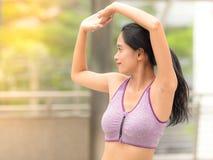 Donna asiatica che allunga le mani fotografia stock libera da diritti