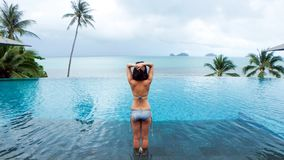 Donna asiatica che allunga yoga nella mattina della piscina Fotografie Stock