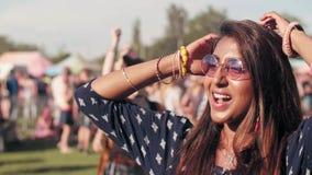 Donna asiatica che balla al festival video d archivio