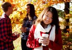 Donna asiatica che beve una bevanda calda Immagine Stock Libera da Diritti