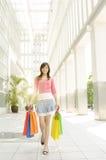 Donna asiatica che cammina fuori dal centro commerciale Fotografia Stock