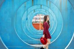 Donna asiatica che cammina in Hong Kong fotografia stock libera da diritti