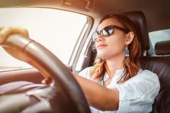 Donna asiatica che conduce un'automobile fotografia stock