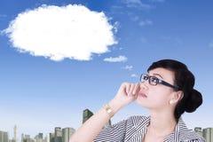 Donna asiatica che esamina nuvola Fotografie Stock