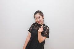 Donna asiatica che fa un segno con le sue dita, linguaggio del corpo del cuore Fotografia Stock Libera da Diritti